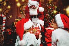 Geben den Kindern von Geschenken stockbilder