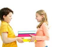 Geben der Bücher stockbild