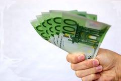 Geben des Eurogeldes Stockfotografie