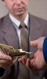 Geben des Geldes Lizenzfreie Stockbilder