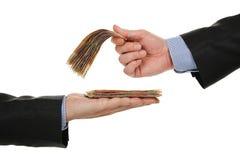 Geben des Geldes stockbilder