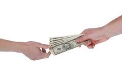 Geben des Geldes, Dollarscheine Stockfotos