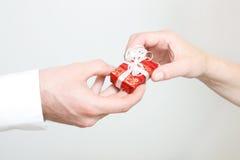 Geben des Geschenkes Lizenzfreies Stockbild