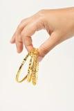 Geben des Goldarmbandes Stockbilder
