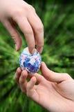 Geben des Ostern-Farbeneies lizenzfreies stockfoto