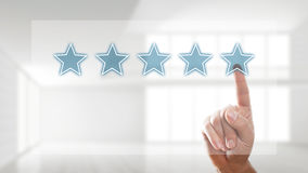 Geben einer Bewertung mit fünf Sternen lizenzfreies stockfoto
