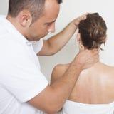 Geben einer Halsmassage Stockbild