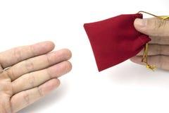 Geben einer roten Tasche für Weihnachten oder Chinesisches Neujahrsfest Stockfoto