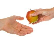 Geben eines Apfels Lizenzfreies Stockbild