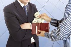 Geben eines Bestechungsgeldes Stockfoto