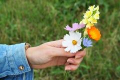 Geben eines Blumenstraußes Stockbilder