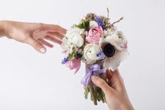 Geben eines Frühlingsblumenstraußes Stockbild