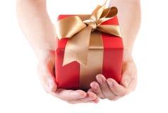 Geben eines Geschenks Stockfotografie