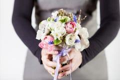 Geben eines schönen Frühlingsblumenstraußes Stockbilder
