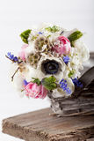 Geben eines schönen Frühlingsblumenstraußes im Korb Stockfoto