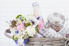 Geben eines schönen Frühlingsblumenstraußes im Picknickkorb Lizenzfreies Stockbild