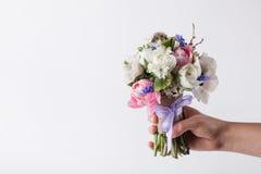 Geben eines schönen Pastellblumenstraußes Lizenzfreie Stockbilder