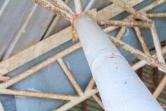 Geben Sie alte Struktur Decke Blechtafel beim Errichten Innen bekannt Lizenzfreie Stockfotos