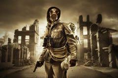 Geben Sie apokalyptischen Überlebenden in der Gasmaske bekannt Lizenzfreie Stockfotografie