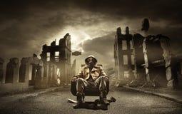 Geben Sie apokalyptischen Überlebenden in der Gasmaske bekannt Lizenzfreie Stockfotos