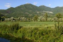 Geben Sie Bank in der grünen Landschaft nahe Poggio Bustone, Rieti Valle mit einem Graben um Lizenzfreie Stockfotografie