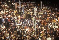 Geben Sie Delegationen und Zeichen an der 2000 demokratischen Versammlung bei Staples Center, Los Angeles, CA an Lizenzfreie Stockfotos