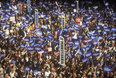Geben Sie Delegationen und Zeichen an der 2000 demokratischen Versammlung bei Staples Center, Los Angeles, CA an Lizenzfreie Stockfotografie
