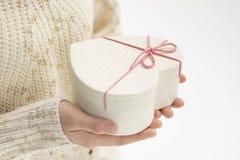 Geben Sie eine Geschenkbox stockfoto