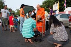 Geben Sie einem buddhistischen Mönch 01 Almosen Lizenzfreies Stockfoto