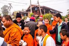 Geben Sie einem buddhistischen Mönch in Kanchanaburi Almosen Lizenzfreie Stockbilder