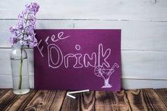 Geben Sie Getränkzeichen auf violetter Tafel frei Stockfotos