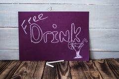 Geben Sie Getränkzeichen auf violetter Tafel frei Stockbilder