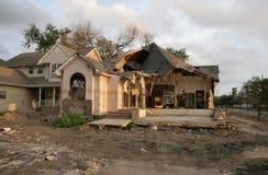 Geben Sie Hurrikan Katrina eine Flut bekannt, die nach Hause in New Orleans nahe dem 17. Straßen-Kanal beschädigt wird. Stockfotos