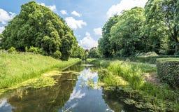 Geben Sie um das mittelalterliche Schloss De Haar in den Niederlanden mit einem Graben um Lizenzfreies Stockfoto