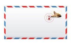 Geben Sie Umschlag mit der Briefmarke bekannt, die auf Weiß lokalisiert wird. Lizenzfreie Stockbilder