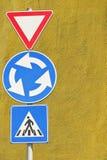 Geben und Wegweiser des rechten Pfeiles mit altem italienischem militärischemaccademy als Hintergrund nach Lizenzfreie Stockbilder