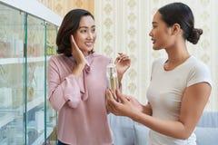 Geben von Empfehlungen zum recht jungen Kunden lizenzfreies stockfoto