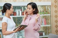 Geben von Empfehlungen zum weiblichen Kunden lizenzfreies stockbild