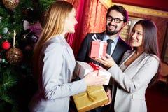 Geben von Geschenken stockfotos