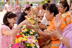 Geben von Girlanden zu ihrem Senioren Songkran-Festival Stockbild