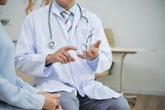 Geben von notwendigen Empfehlungen zum Patienten stockfotografie