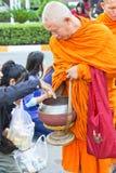 Geben zu den Zielen von thailändischen Mönchen Lizenzfreies Stockfoto