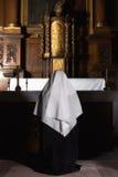 Gebet am Altar lizenzfreies stockfoto