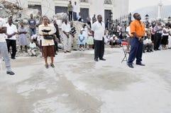 Gebet außerhalb einer Kirche. Lizenzfreies Stockfoto