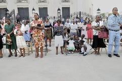 Gebet außerhalb einer Kirche. Lizenzfreie Stockfotografie