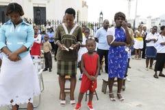 Gebet außerhalb einer Kirche. stockbild