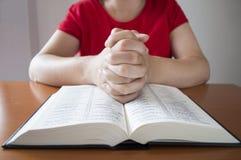 Gebet über einer heiligen Bibel Lizenzfreie Stockfotografie