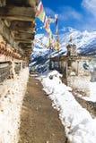 Gebet dreht herein hohe Himalaja-Berge, Nepal-Dorf Lizenzfreie Stockbilder