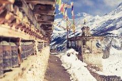 Gebet dreht herein hohe Himalaja-Berge, Nepal-Dorf Lizenzfreies Stockbild