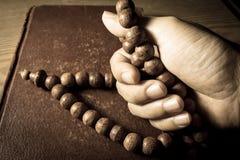 Gebet, Handgriffhalskette mit Heiliger Schrift Stockfotografie